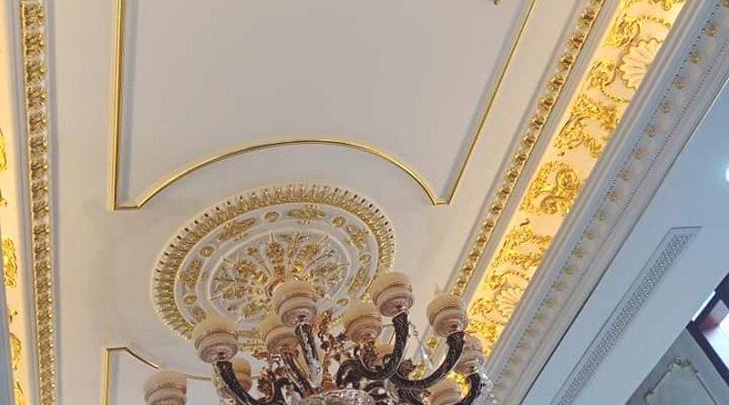 Vẻ đẹp hoàn hảo của trần thạch cao phòng khách nhà anh Chiến khi chọn phào chỉ dát vàng