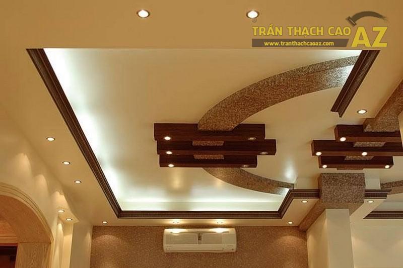 Trần phòng khách đẹp với sự kết hợp của thạch cao và gỗ